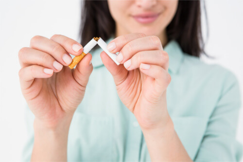Raucherentwöhnung Hypnose Berlin Frau zerbricht Zigarette